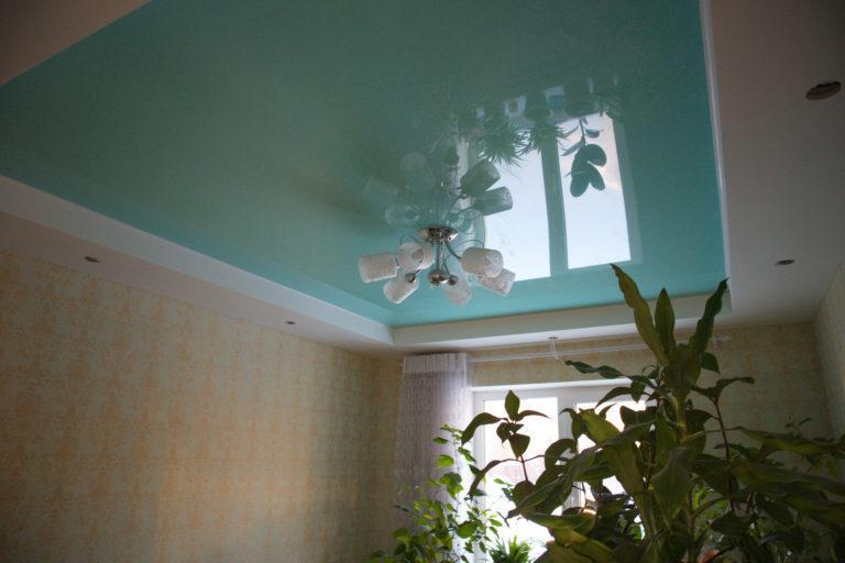 №44 Цветной глянцевый натяжной потолок в зал