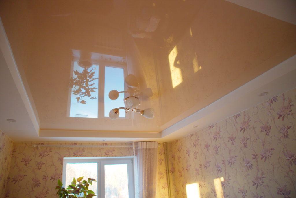Глянцевый цветной потолок в зал