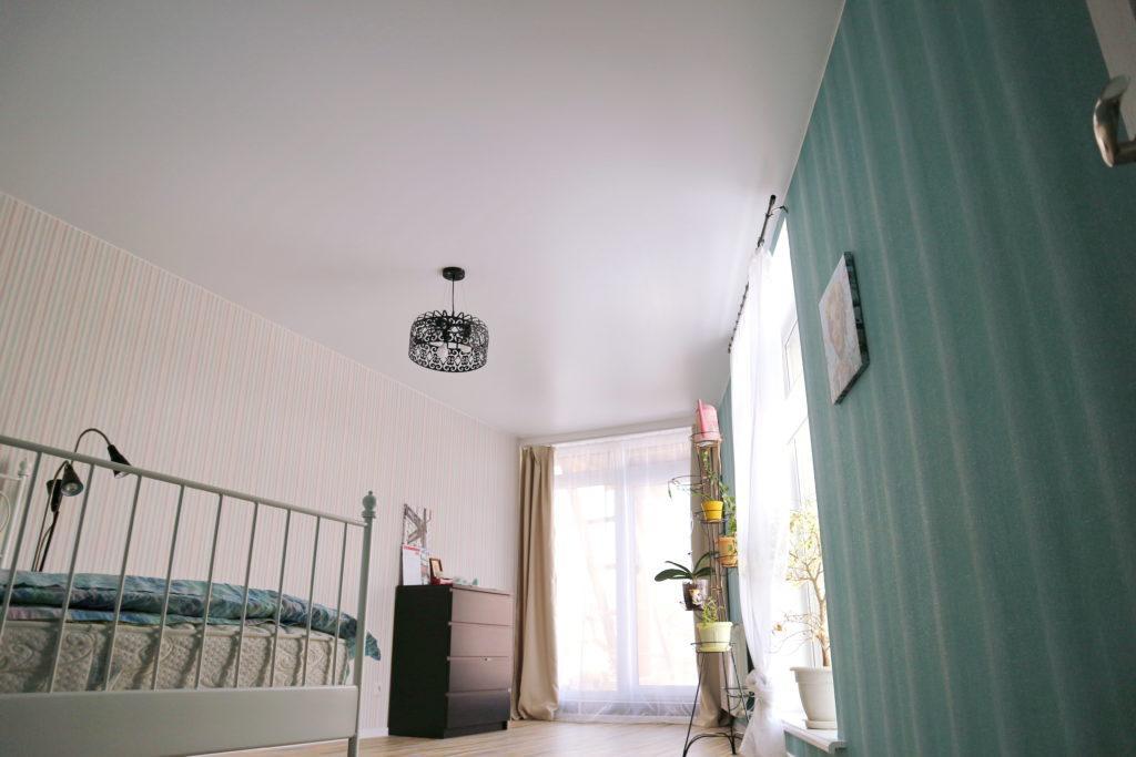 Потолок белый тканевый в спальню
