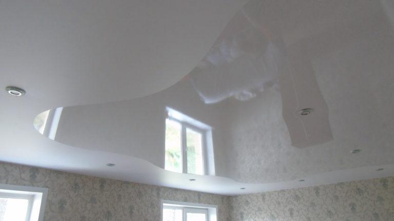 №70 Криволинейный глянцевый потолок