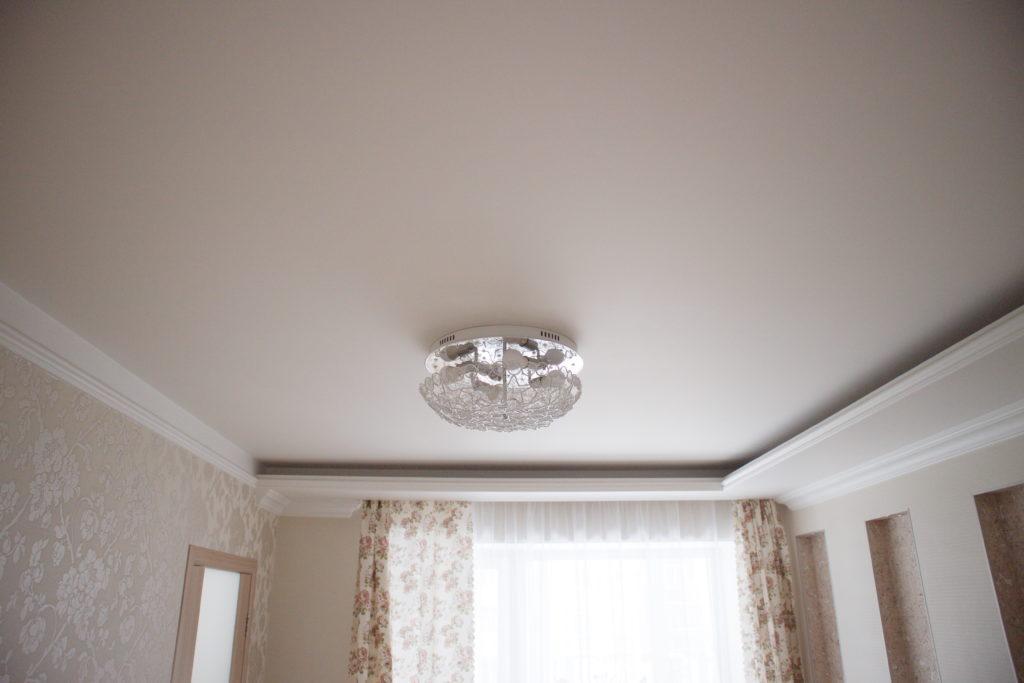 Тканевый белый потолок в зал