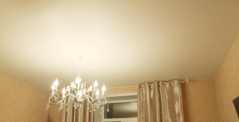 76 Матовый белый потолок в зал
