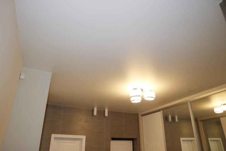 74 Белый сатиновый потолок в коридоре