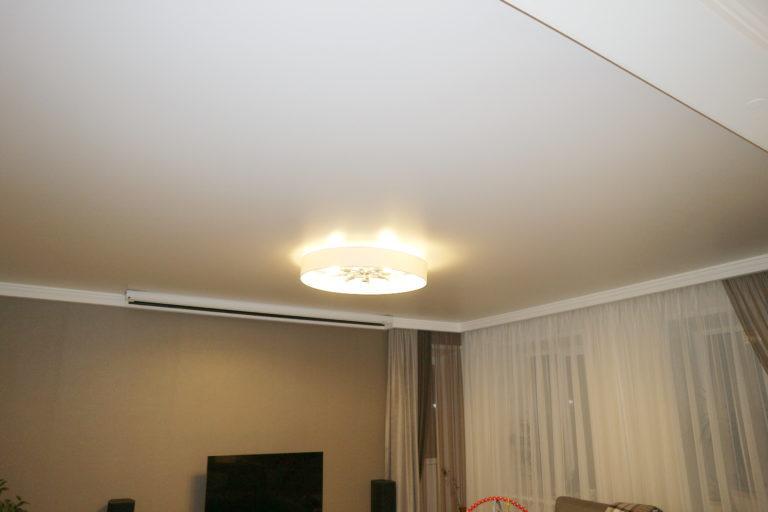 80 Белый натяжной потолок в зал