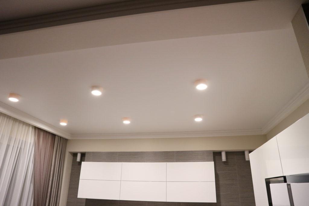 Белый матовый потолок в кухню