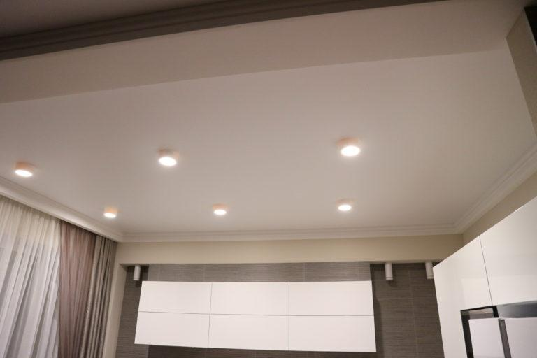 81 Белый матовый потолок в кухню