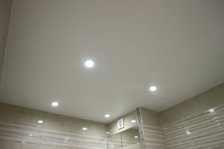 82 Белый матовый натяжной потолок в туалет