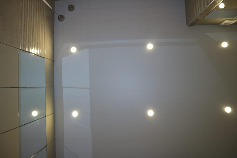85 Белый глянцевый натяжной потолок в туалет