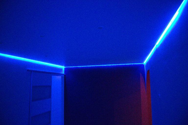 88 Белый натяжной потолок с подсветкой в зал