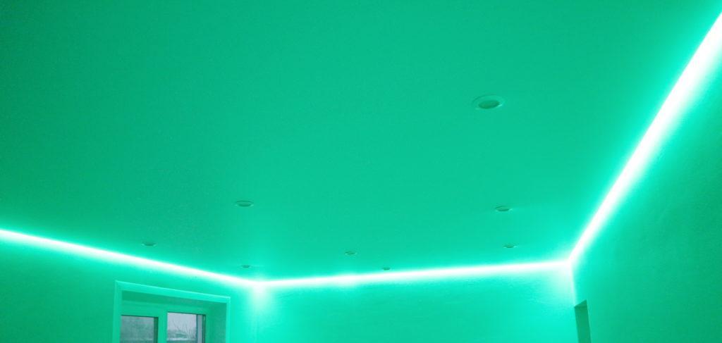 Белый натяжной потолок с подсветкой в зал