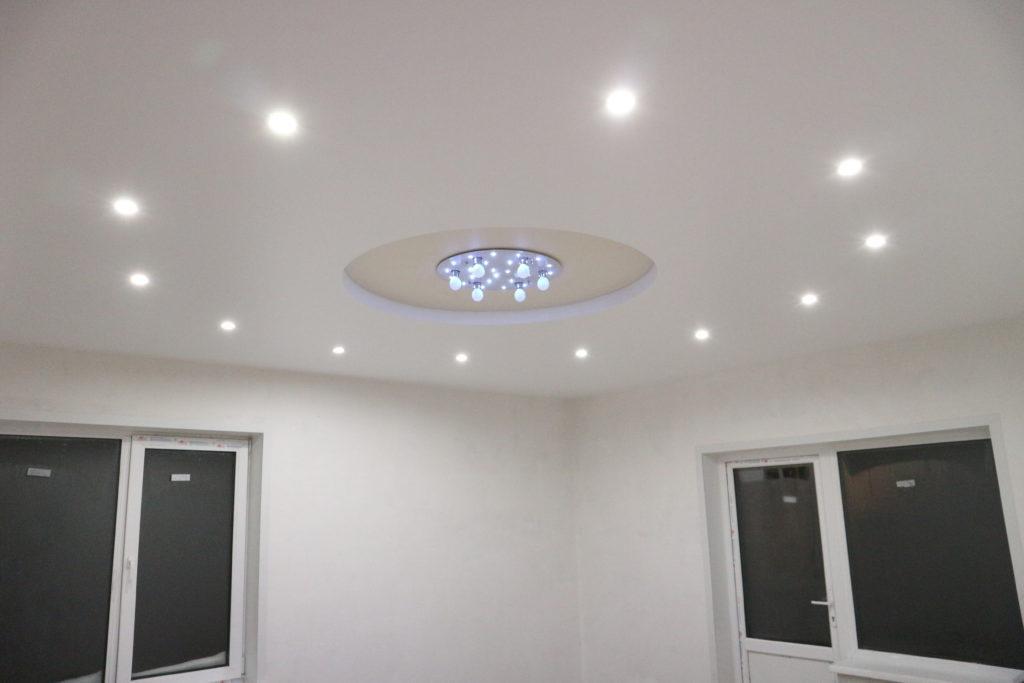 Двухуровневый белый натяжной потолок в зал