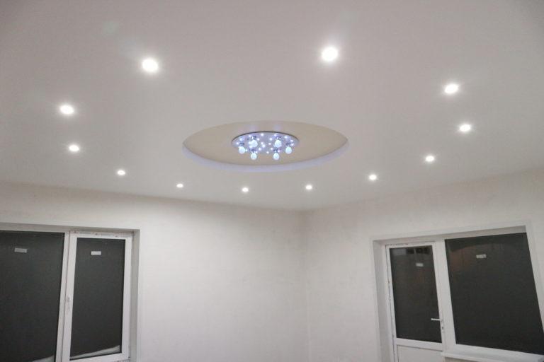 90 Двухуровневый сатиновый белый натяжной потолок в зал