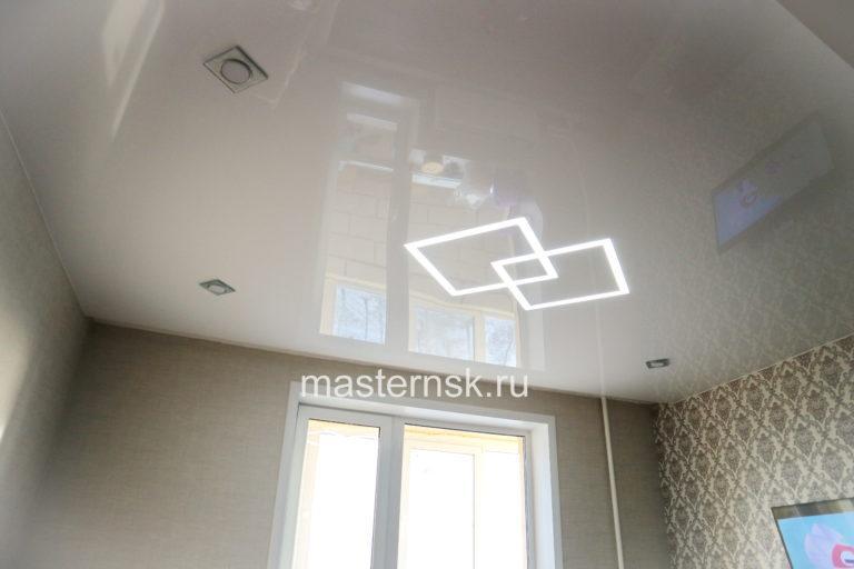 269 Глянцевый белый натяжной потолок в зал со световыми линиями Новосибирск