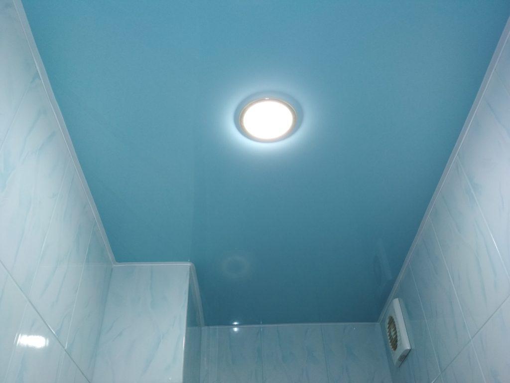 Глянцевый цветной натяжной потолок в ванной Новосибирск