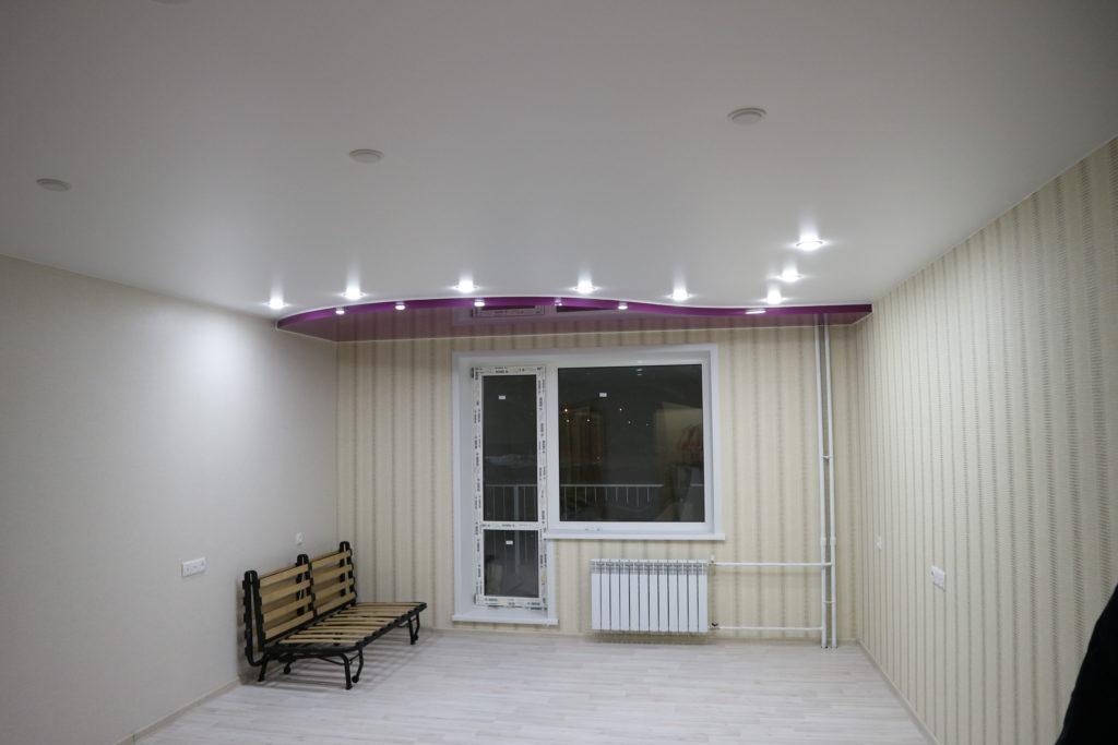 Двухуровневый матовый белый и цветной потолок в зал