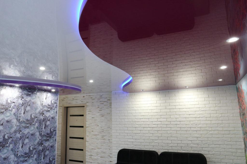 Глянцевый цветной двухуровневый натяжной потолок в комнату Новосибирск
