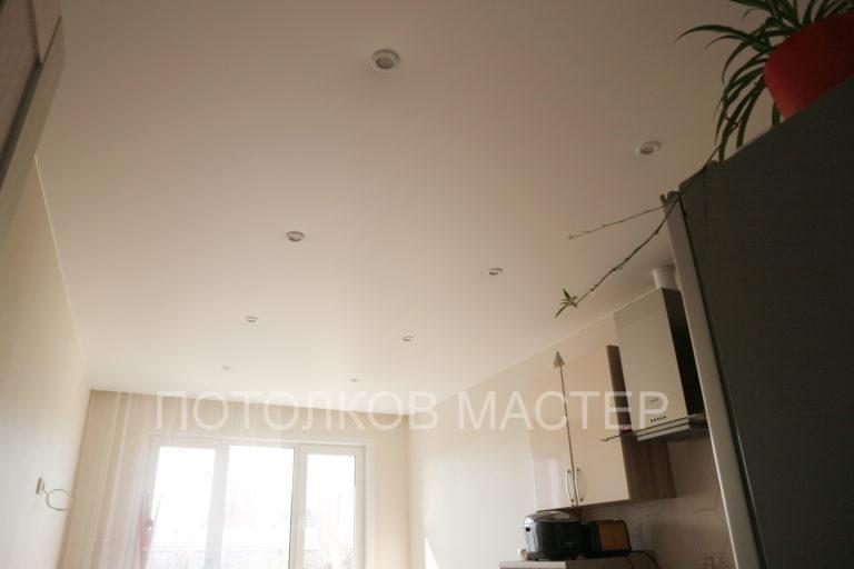 135 Белый матовый натяжной потолок в кухню