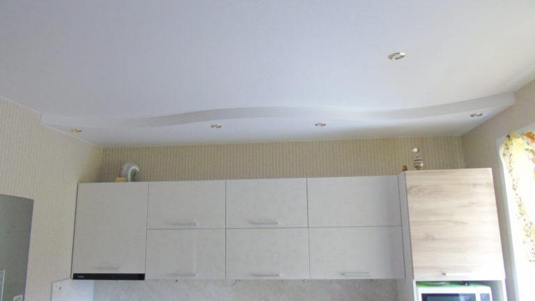 111 Двухуровневый белый натяжной потолок в кухню