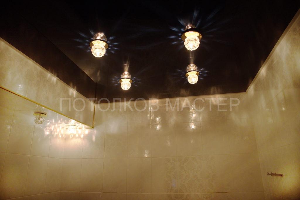 Глянцевый черный потолок в туалет