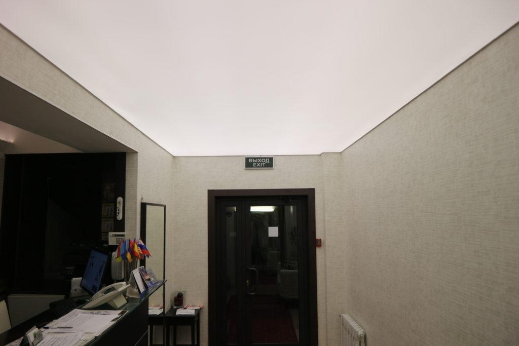 Полупрозрачный натяжной матовый белый потолок в комнату с подсветкой