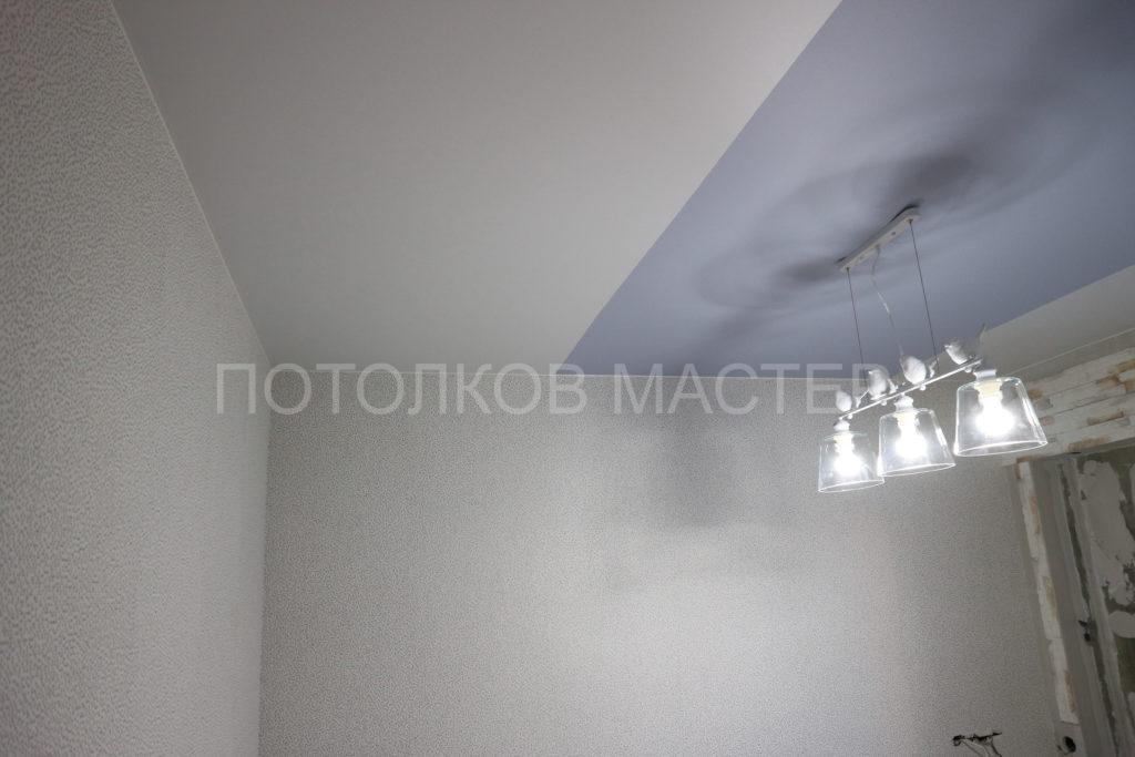 Белый и цветной сатиновый потолок в комнату