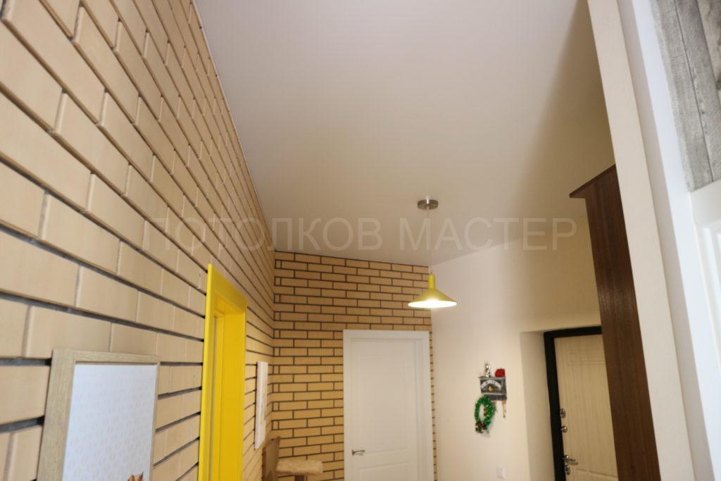 Белый матовый натяжной потолок в коридор