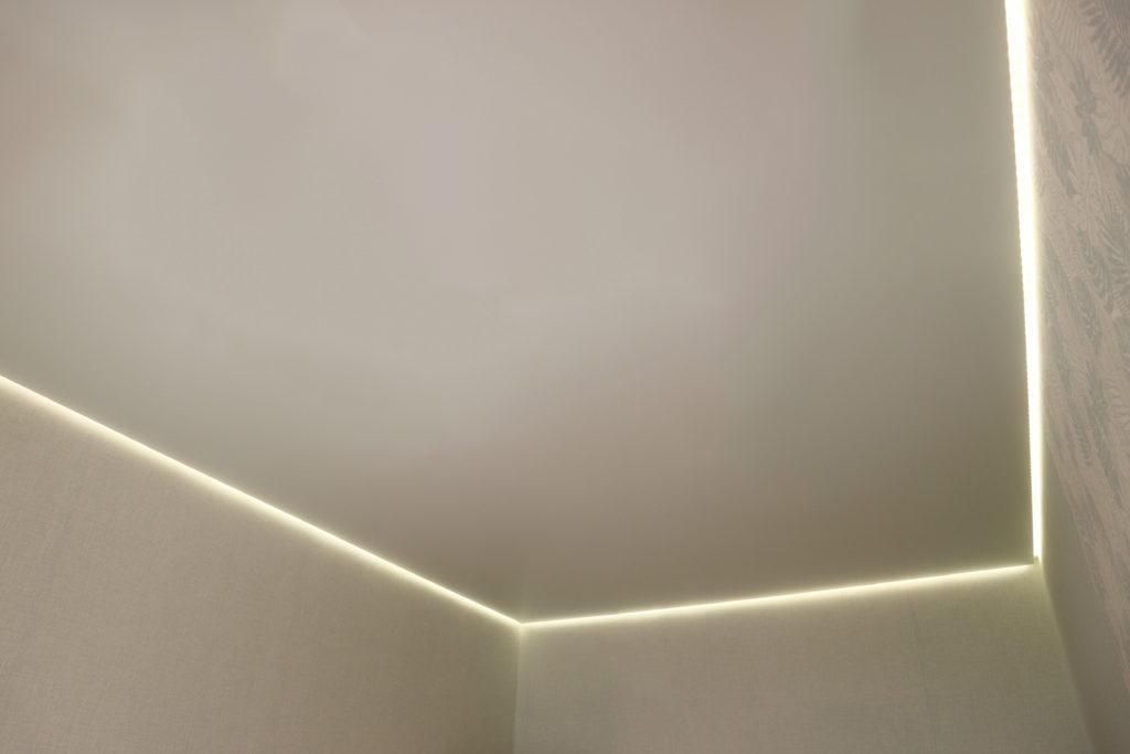 Глянцевый бежевый парящий потолок в комнату