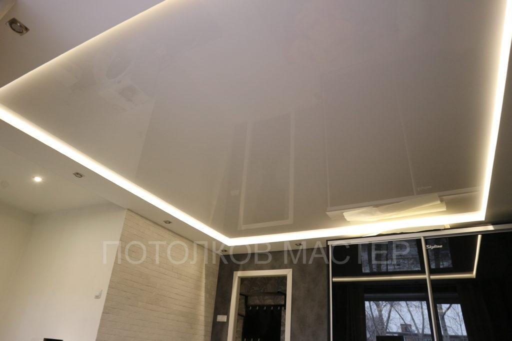 Белый глянцевый натяжной потолок с подсветкой в зал