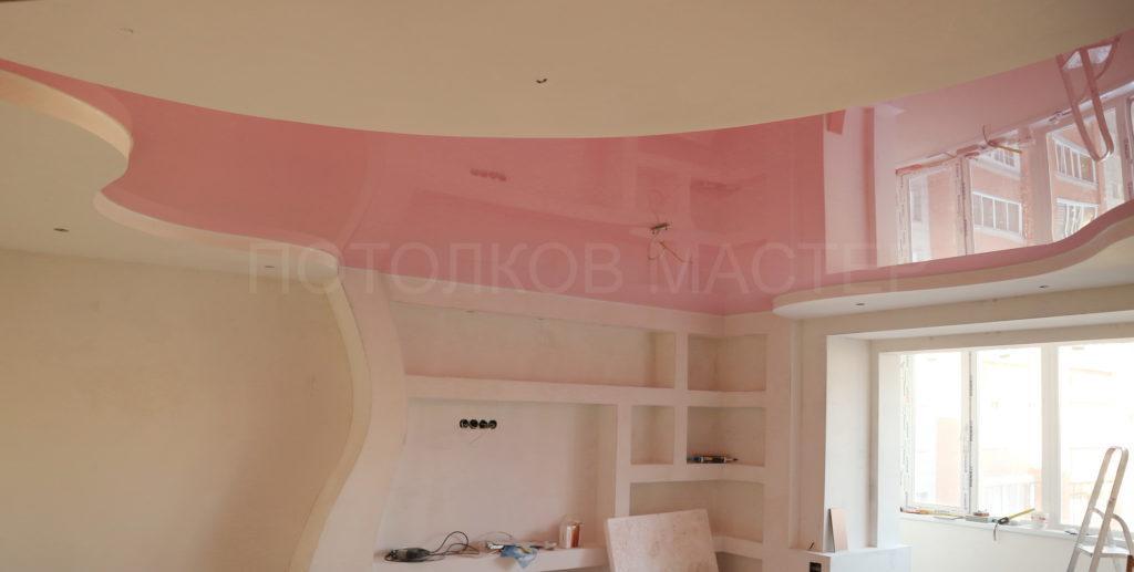 Глянцевый розовый цветной потолок в зал