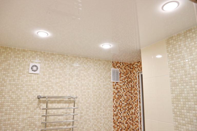 167 Глянцевый белый натяжной потолок в ванную Новосибирск
