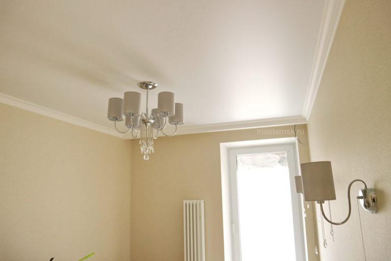 150 Сатиновый натяжной белый потолок в спальню