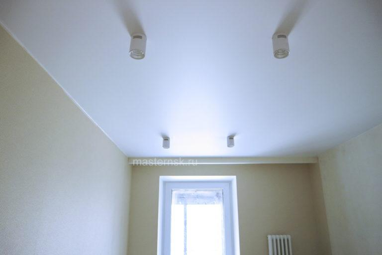 149 Сатиновый натяжной белый потолок в комнату