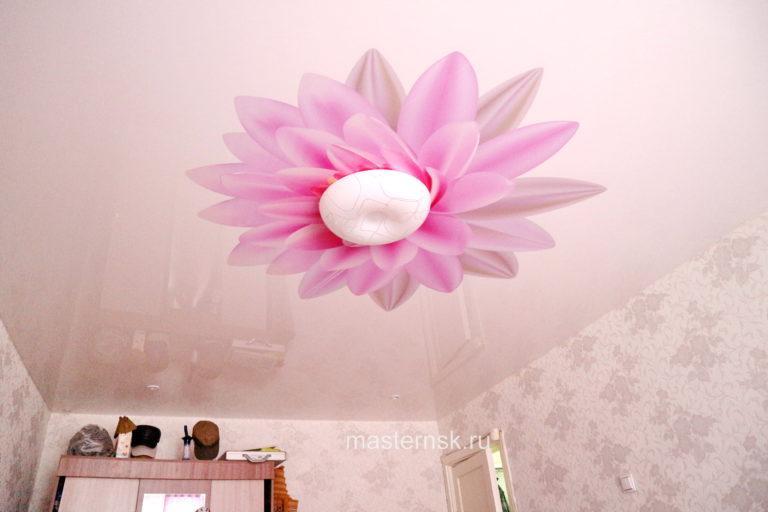 148 Глянцевый натяжной потолок с фотопечатью в комнату