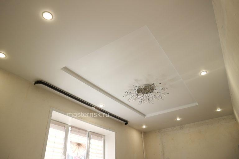 147 Сатиновый двухуровневый натяжной белый потолок в зал
