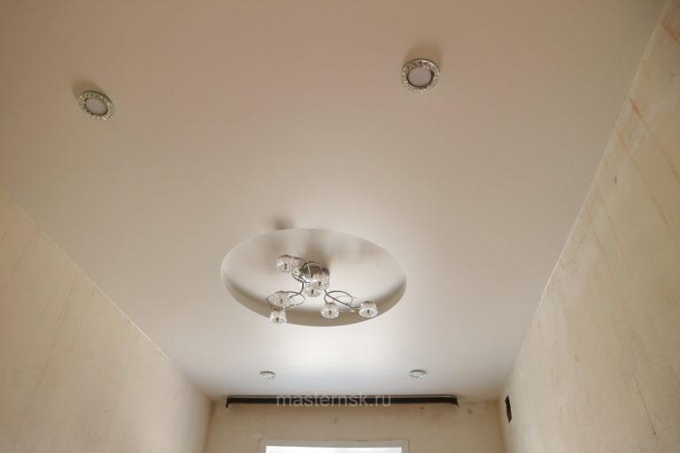 146 Сатиновый двухуровневый натяжной белый потолок в спальню