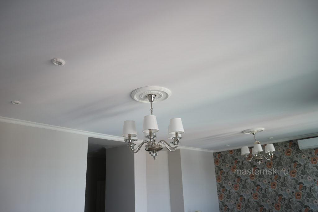 Тканевый натяжной белый потолок в зал