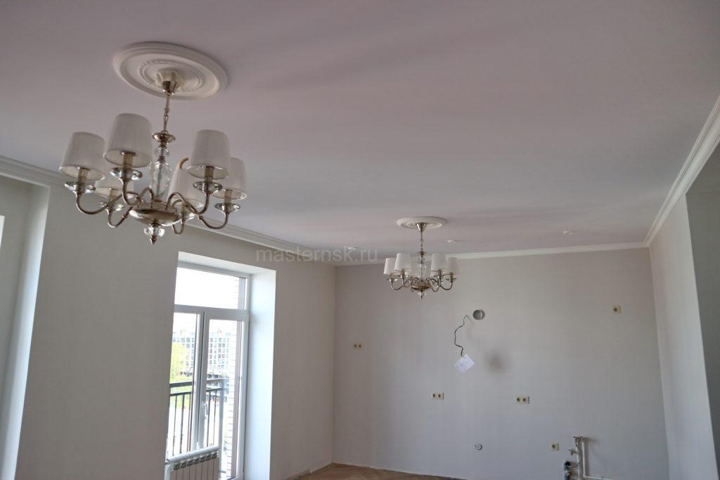 Тканевый натяжной белый потолок в гостиную