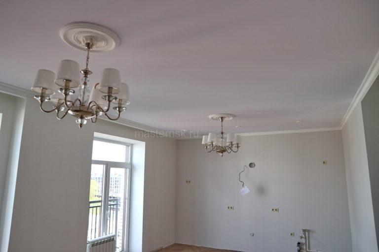 141Тканевый натяжной белый потолок в гостиную