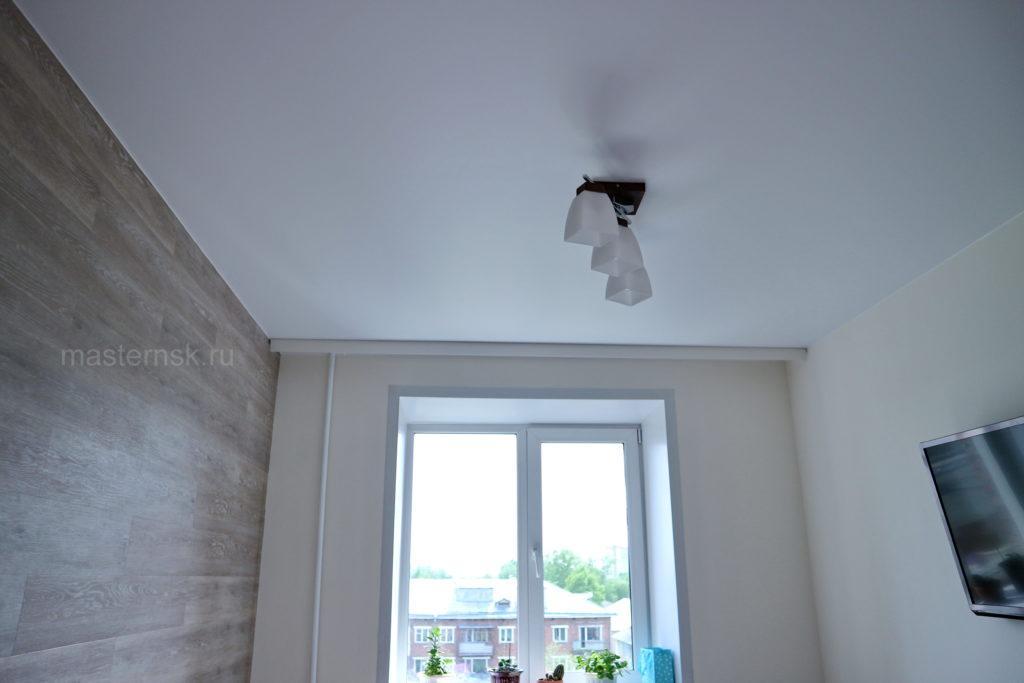 Тканевый натяжной белый потолок в комнату