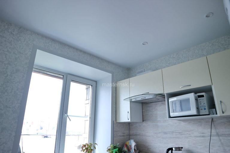 144 Матовый натяжной белый потолок на кухню