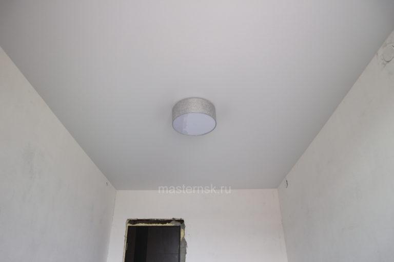 171 Сатиновый натяжной цветной потолок в комнату