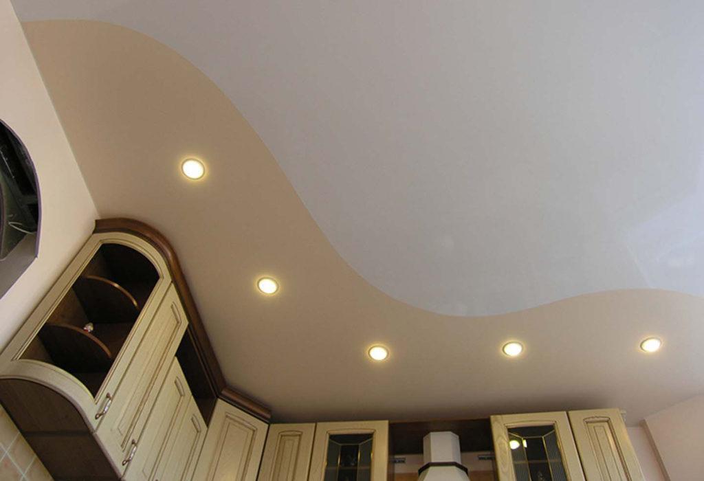 Натяжной глянцевый криволинейный цветной потолок в кухню Новосибирск