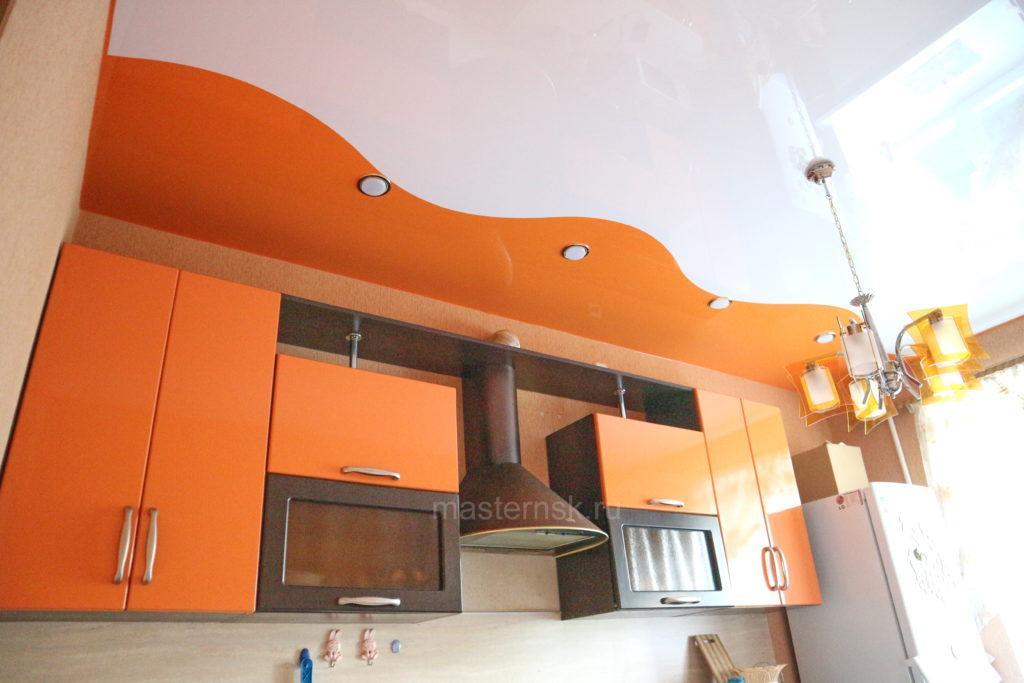 Глянцевый криволинейный белый и цветной натяжной потолок в кухню Новосибирск