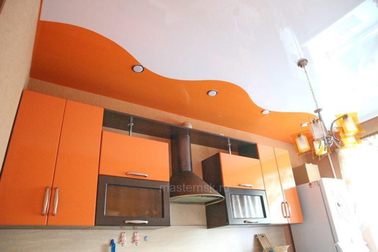 204 Глянцевый криволинейный белый и цветной натяжной потолок в кухню Новосибирск