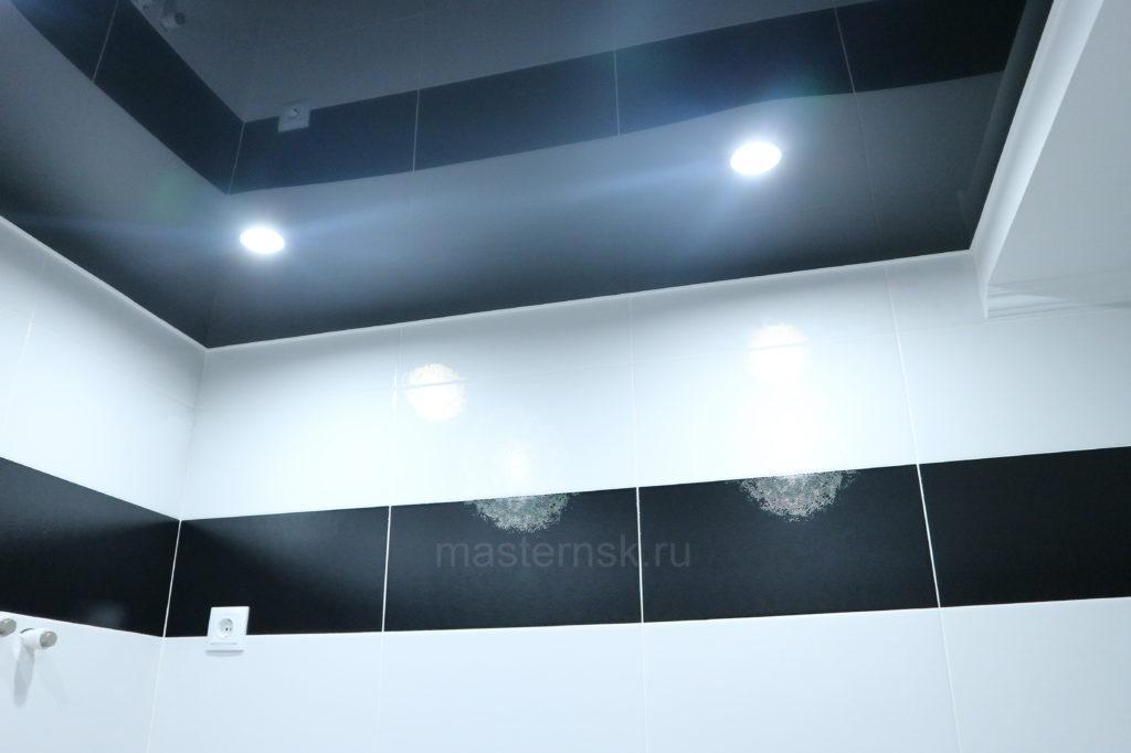 Глянцевый цветной черный натяжной потолок в туалет Новосибирск