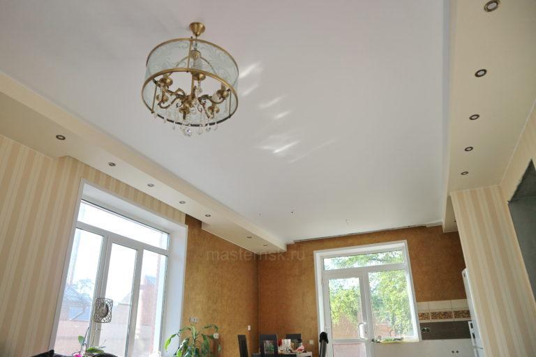 219 Матовый двухуровневый белый и цветной бежевый натяжной потолок в зал Новосибирск