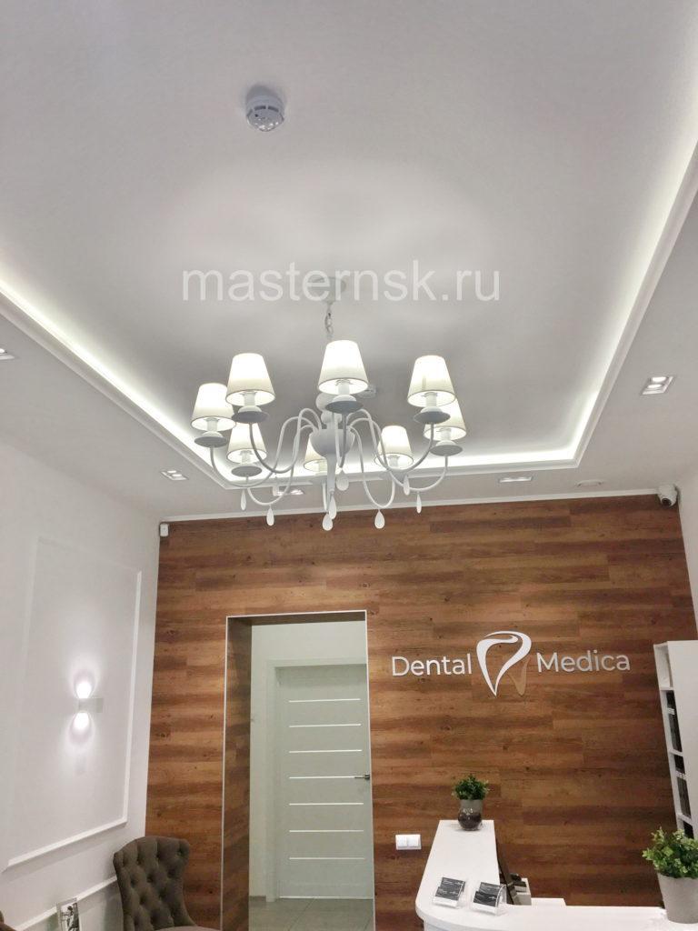 242 Сатиновый белый натяжной потолок в зал с подсветкой Новосибирск