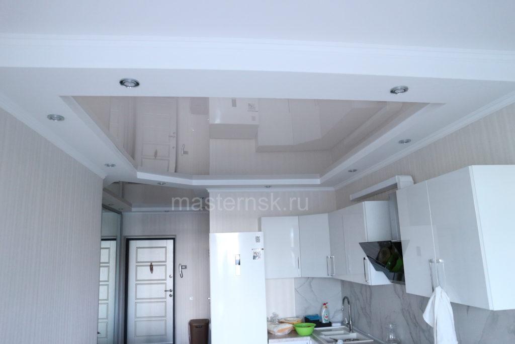 Бежевый глянцевый цветной потолок в кухню натяжной Новосибирск