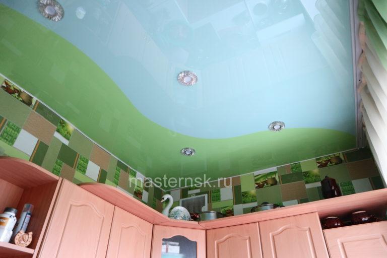 246 Глянцевый криволинейный белый и цветной зеленый натяжной потолок в кухню Новосибирск