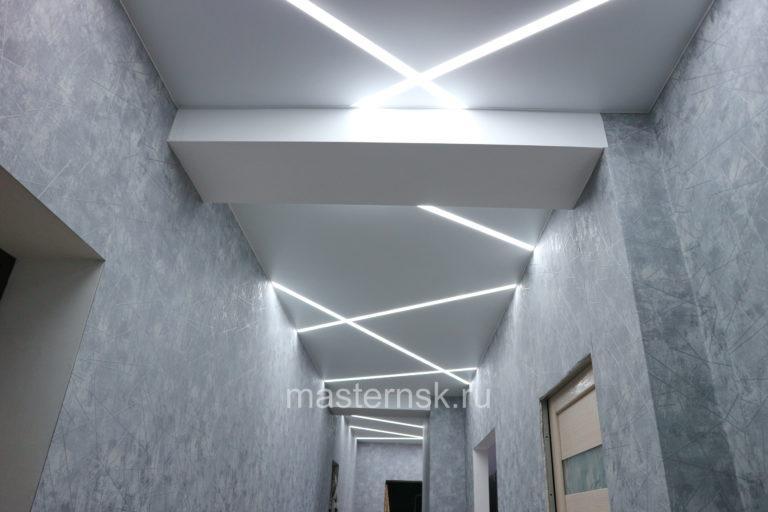 280 Матовый белый натяжной потолок со световыми линиями в коридор Новосибирск